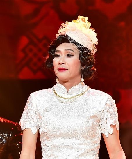 Ở tiết mục này, danh hoài Hoài Linh cũng chia sẻ rằng đây là lần đầu tiên anh giả gái mà không phải để diễn hài như mọi lần và khi đứng cùng Quang Hà với các ca sĩ khác, dù dày dặn kinh nghiệm sân khấu nhưng anh vẫn cảm thấy run trong vai trò ca sĩ.