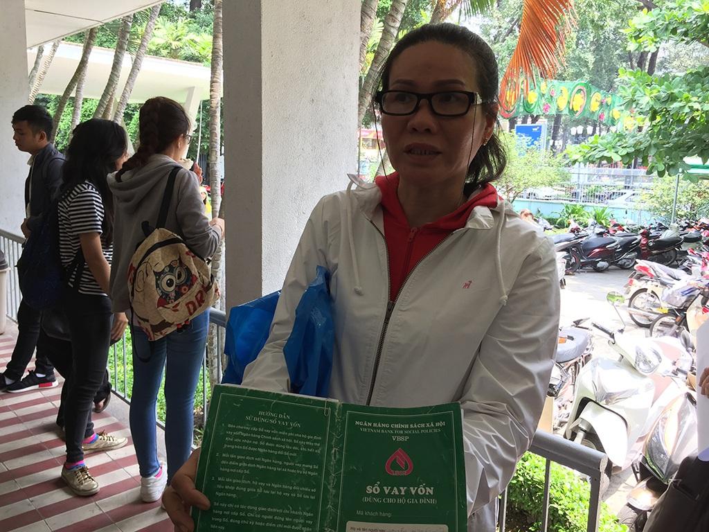 Bà Nguyễn Thị Tuyết Hồng cho biết 2 con học ĐH đều phải vay ngân hàng, giờ bị yêu cầu bồi thường tiền gần 400 triệu đồng thì quá khả năng gia đình.
