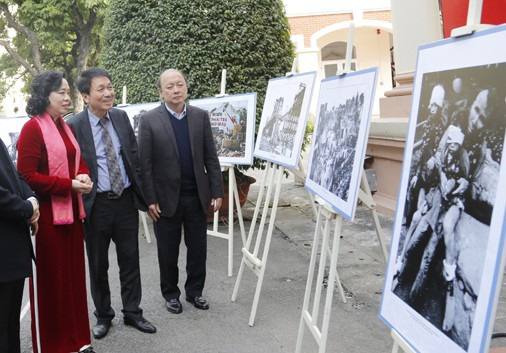 Nhạc sĩ Phú Quang (đứng giữa) luôn cảm thấy đau đớn, xót xa khi nhớ về hồi ức 12 ngày đêm Điên Biên Phủ trên không.