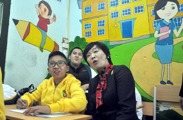 16h ngày 16/1, bà Akie - Phu nhân Thủ tướng Nhật Bản Shinzo Abe - đã tới thăm Làng Hòa bình Thanh Xuân (quận Thanh Xuân, Hà Nội). Đây là nơi chăm sóc, phục hồi chức năng cho hàng trăm trẻ khuyết tật. (Ảnh: Quang Phong)