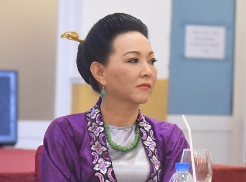 Nghệ sĩ Phương Dung trong vai mẹ quan Trần Trung của Hòa Hiệp. Bà giỏi về hóa trang, diễn xuất nên trong vai diễn này giữ vai trò giả trang, xuất quỷ nhập thần hỗ trợ cho con trai phá án.