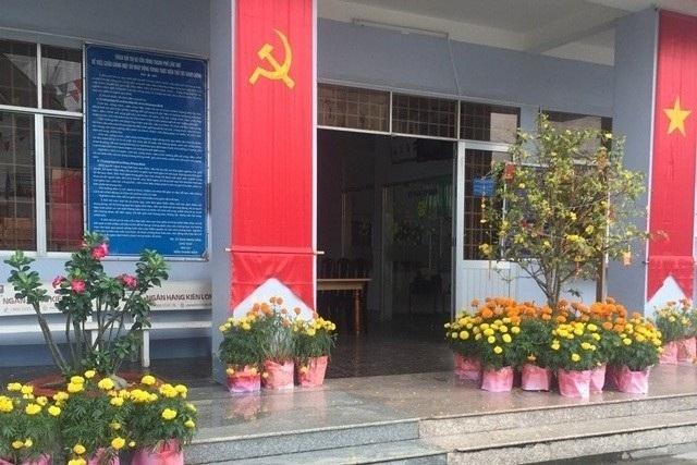 UBND phường Lê Bình (cùng quận Cái Răng) cán bộ đến sớm để dự họp đầu năm và ngồi ngóng dân