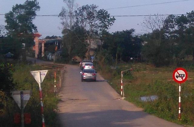 Nhiều ô tô nối đuôi nhau đi vào đường làng để tránh phải nộp phí tại trạm BOT