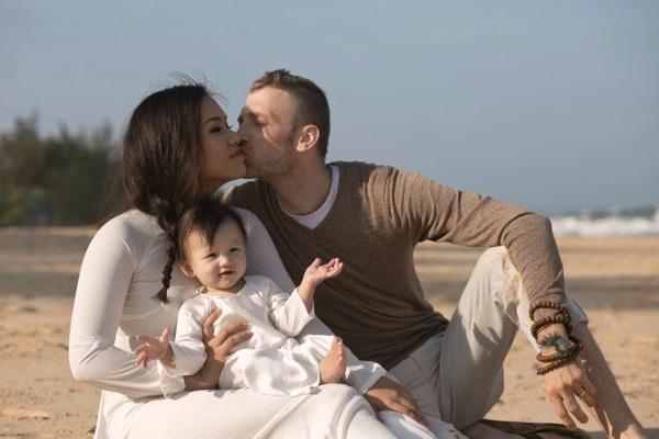 Gia đình nhỏ của Phương Vy đang có kỳ nghỉ ở Phan Thiết, nữ ca sĩ khoe ảnh hạnh phúc ngọt ngào bên chồng và con.