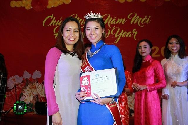 Á khôi 1 Miss Việt Nam – New York duyên dáng trong tà áo dài.