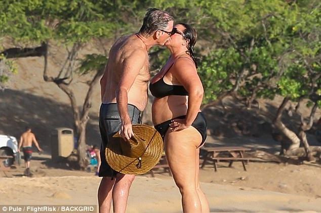 Pierce Brosnan khóa môi bà xã Keely say đắm trong kỳ nghỉ 2 người tại Hawaii.