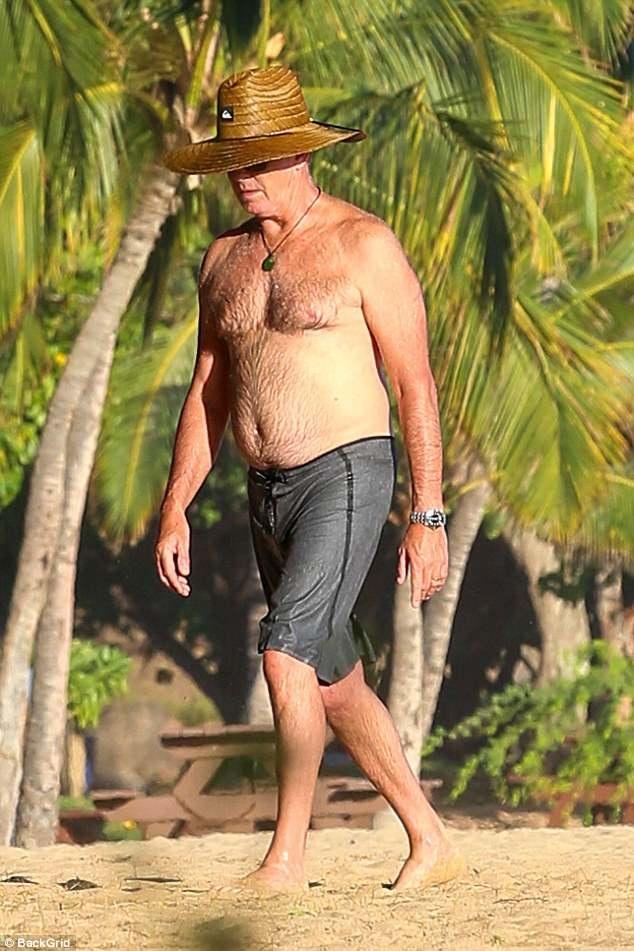 """""""Điệp viên"""" Pierce Brosnan khóa môi vợ say đắm trên biển - 3"""