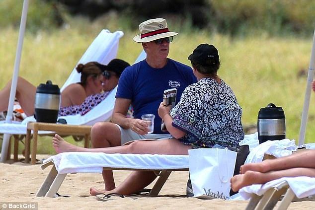 Là người của công chúng nhưng Pierce Brosnan chỉ thích dành thời gian bên bà xã.