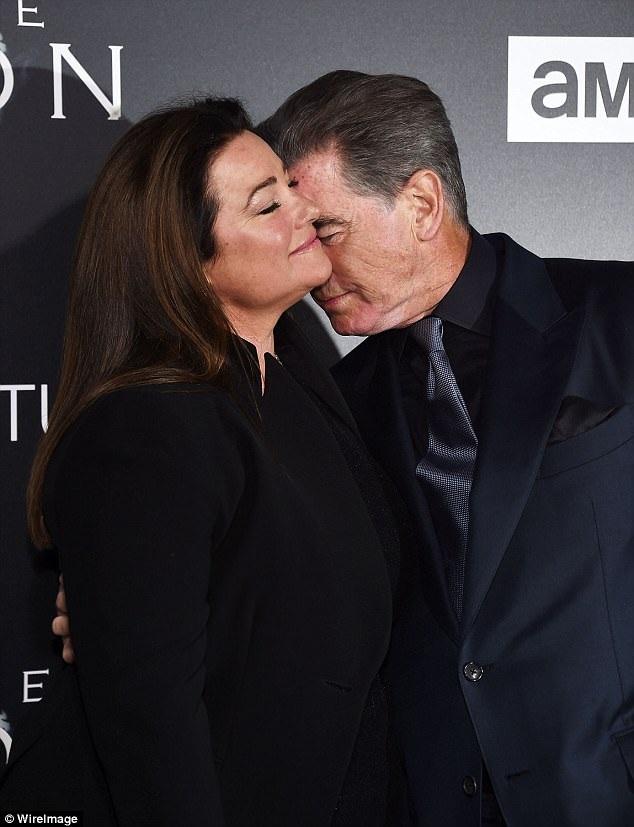 Nam diễn viene 64 tuổi và người vợ kém 10 tuổi đã có những khoảnh khắc rất ngọt ngào trên thảm đỏ