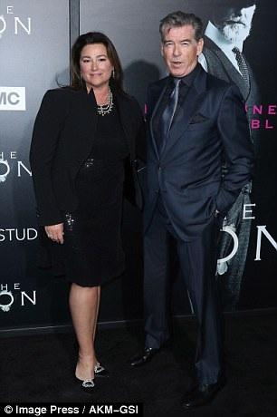 Pierce Brosnanhẹn hò với Keely Shaye Smith từ năm 1994, họ kết hôn 7 năm sau đó và có với nhau hai cậu con trai