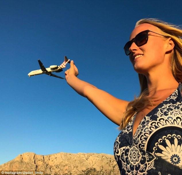 Nữ phi công 24 tuổi tươi vui khi đi du lịch