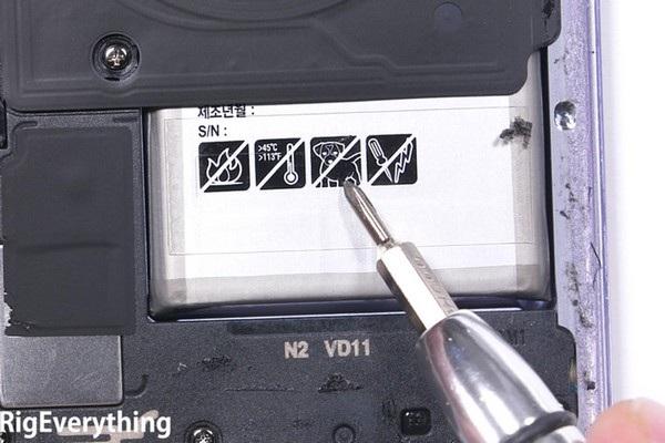 """Biển cảnh báo """"cấm chó"""" được in trên pin của Galaxy S8"""