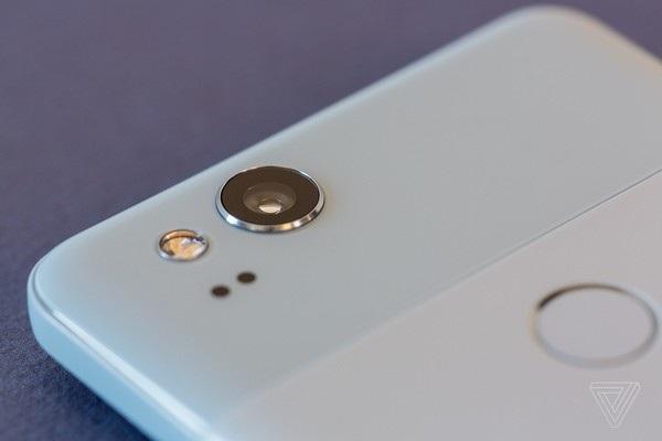 Camera trên bộ đôi Pixel mới có thiết kế lồi, thay vì phẳng như phiên bản cũ