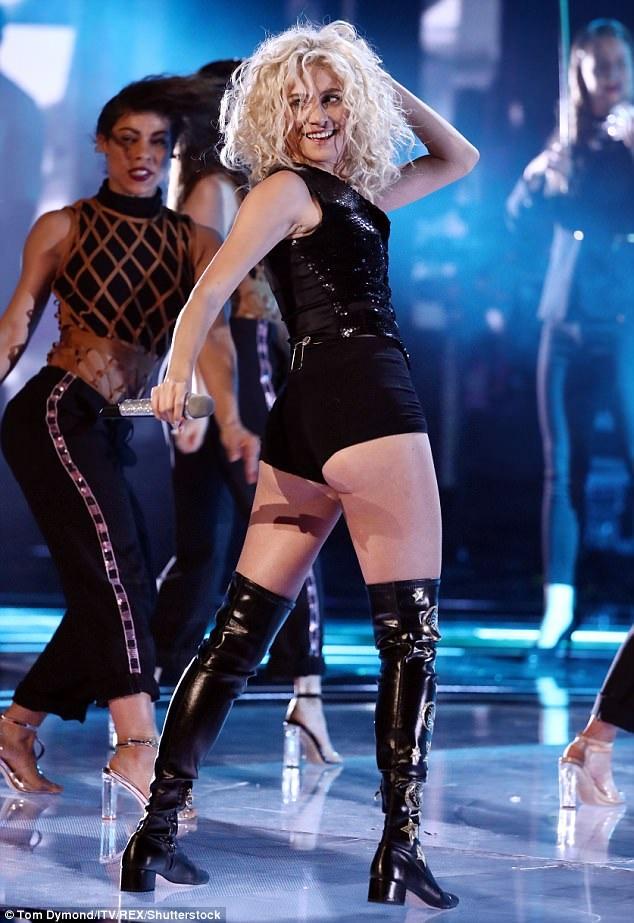 Cách đây ít ngày, Pixie Lott tràn đầy năng lượng khi trình diễn ca khúc mới mang tên Baby trong chương trình The Voice Anh quốc