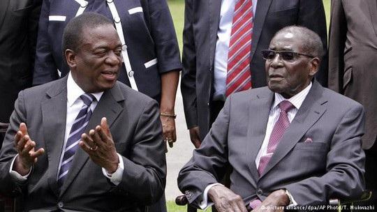 Cựu Phó Tổng thống Emmerson Mnangagwa và Tổng thống Robert Mugabe. Ảnh: AP