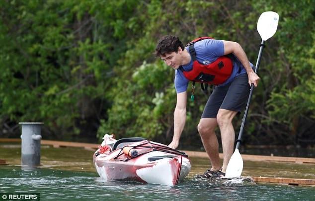 """Ảnh Thủ tướng Canada điển trai chèo thuyền """"đốn tim"""" dân mạng - 1"""