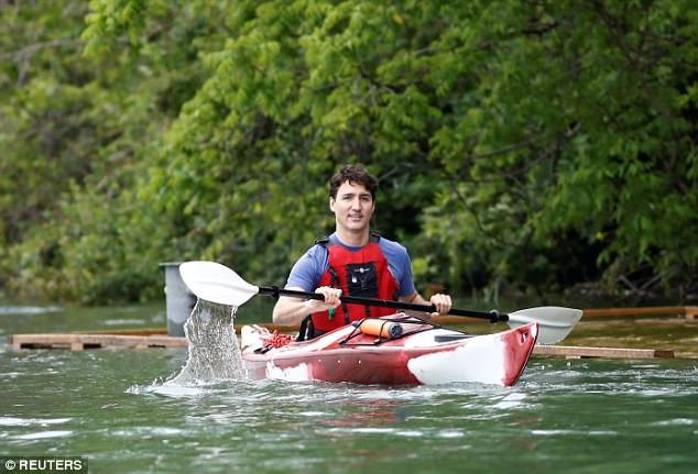 Vị Thủ tướng điển trai trò chuyện khá thân mật khi nói về vấn đề nước biển dâng trước khi quay sang khen ngôi nhà của họ.