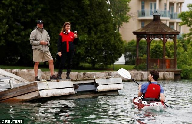Thủ tướng Trudeau đã tách khỏi nhóm chèo thuyền và tiến lại gần và tiếp chuyện một đôi vợ chồng đang đi bộ phía trên.