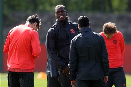 Pogba (giữa) đã trở lại tập luyện cùng MU