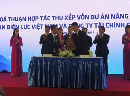 Lễ ký kết thỏa thuận hợp tác thu xếp vốn giữa EVN và EVNFinance cho dự án năng lượng mặt trời.