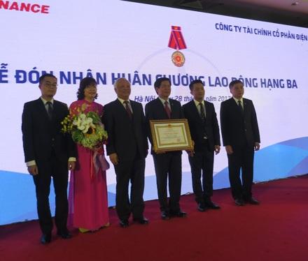 Phó Chủ tịch Quốc hội Uông Chu Lưu trao Huân chương Lao động hạng Ba cho EVNFinance.