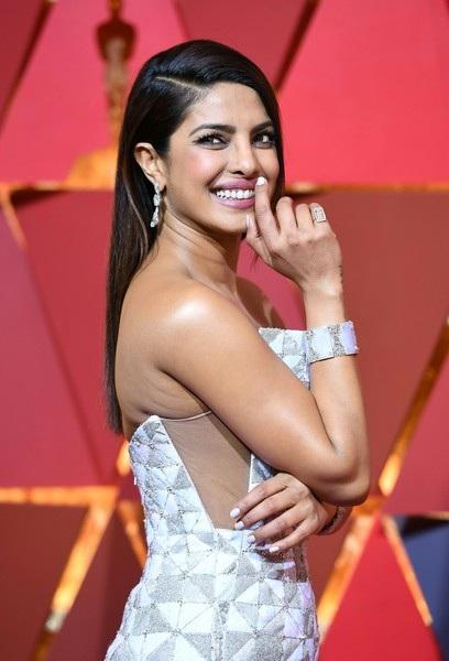 Cựu hoa hậu thế giới Priyanka Chopra lộng lẫy trên thảm đỏ Oscar