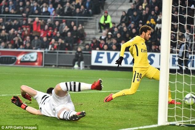 Neymar đặt dấu giày trong cả 4 bàn thắng của PSG