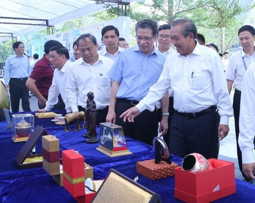 Phó Thủ tướng thăm quan các gian hàng tại Hội chợ Trung Quốc - ASEAN
