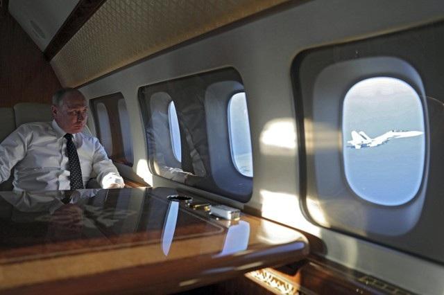 Tổng thống Putin ngắm dàn máy bay hộ tống từ chuyên cơ tới Syria hôm 11/12. (Ảnh: Reuters)