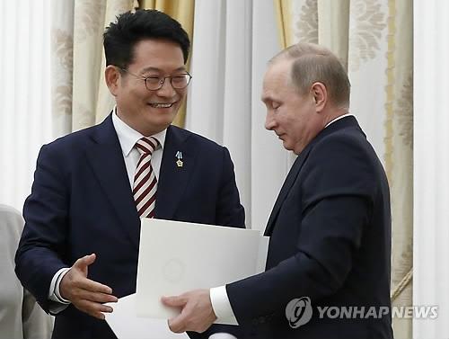 Đặc phái viên Song Young-gil và Tổng thống Nga Vladimir Putin. (Ảnh: Yonhap)