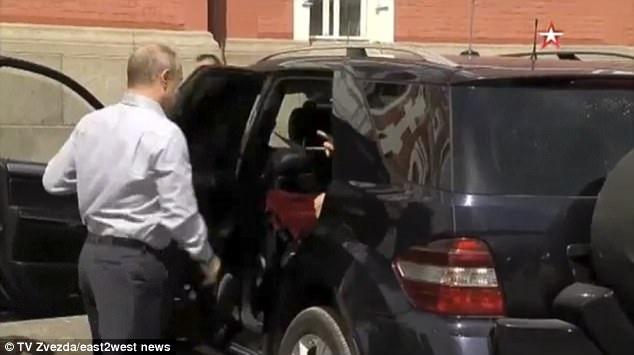 Tổng thống Putin mở cửa xe cho một người ngồi ở hàng ghế phía sau nhưng nhanh chóng đóng lại (Ảnh: TV Zvezda)