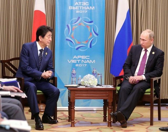 Tổng thống Putin và Thủ tướng Abe họp song phương bên lề hội nghị APEC tại Việt Nam (Ảnh: Reuters)