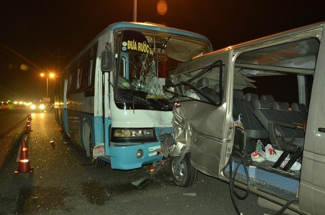 Tai nạn xảy ra khoảng 17h15 chiều 29/8 trên cao tốc TPHCM - Trung Lương (đoạn qua địa bàn huyện Bến Lức, tỉnh Long An), khi chiếc xe 16 chỗ dừng xe giữa đường để vá lốp. Ảnh: Đình Thảo
