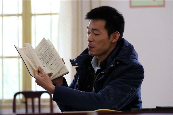 Qin Yuefei trong phòng làm việc ở làng Baiyun. (Ảnh: China Daily)