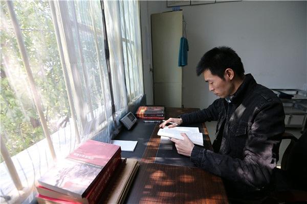 Qin Yuefei nghiên cứu trong phòng làm việc. (Ảnh: China Daily)