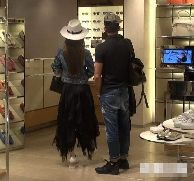 Quách Phú Thành và Phương Viện ghé vào một cửa hàng bán túi xách, giày dép và phụ kiện. Ngôi sao 53 tuổi rất cưng chiều vợ trẻ.