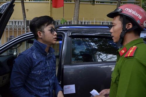 Ca sỹ Quách Tuấn Du sau khi phân trần lý do mình đỗ xe ở vị trí bị xử lý vẫn bị cẩu xe về phường. Ảnh: TL.