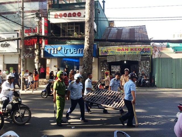 Lực lượng trật tự đô thị quận 1 trong một lần ra quân xử lý vi phạm vỉa hè trên đường Trần Quang Khải.