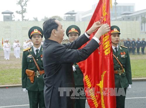 Chủ tịch nước Trần Đại Quang gắn Huân chương Quân công hạng Nhất lên lá cờ truyền thống của Bộ Tư lệnh Binh chủng Đặc công