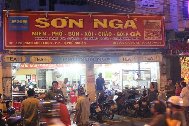 Vụ việc xảy ra tại quán cháo gà Sơn Nga trên đường Phan Xích Long, quận Phú Nhuận (ảnh Đình Thảo)