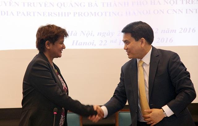 Chủ tịch UBND TP Hà Nội cùng đại diện CNN tại lễ ký kết hợp tác