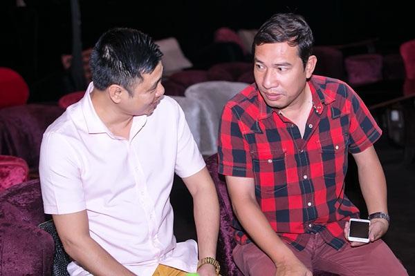 NSND Tự Long và nghệ sĩ Quang Thắng trao đổi về tiểu phẩm trong chương trình thiện nguyện Ấm tình nghệ sĩ ngày 5/6 tới.