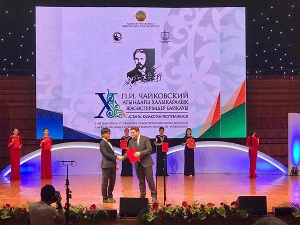 Trần Lê Quang Tiến nhận giải tại cuộc thi.