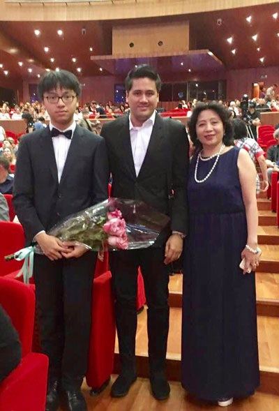 Đại sứ Việt Nam tại Kazakhstan, Đặng Thị Xuân Hiền đến chúc mừng thầy trò Bùi Công Duy và Trần Lê Quang Tiến.