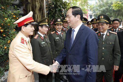 Chủ tịch nước Trần Đại Quang với các đồng chí lãnh đạo Phòng Cảnh sát giao thông Đường bộ-Đường sắt. Ảnh: Nhan Sáng/TTXVN