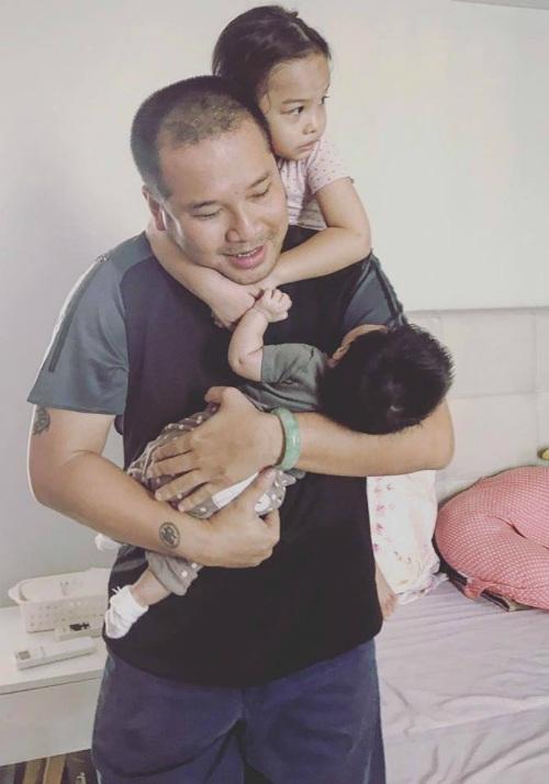 Đạo diễn Nguyễn Quang Huy vui đùa và chăm sóc hai con thay vợ Phạm Quỳnh Anh.