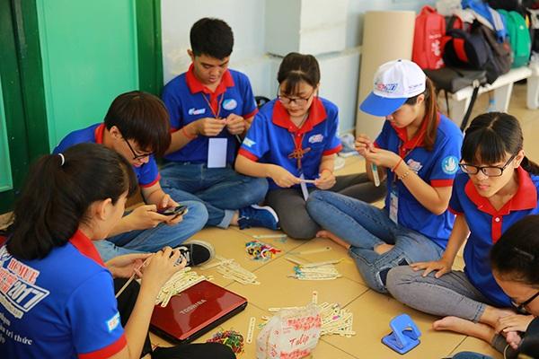 """TPHCM: Sinh viên tình nguyện tặng """"que kem may mắn"""" cho sĩ tử - 3"""