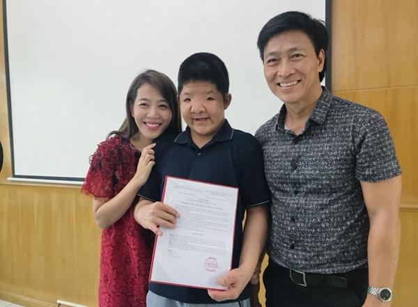 Đạo diễn Diệp Chi đến chúc mừng Bôm trong buổi lễ nhận học bổng.
