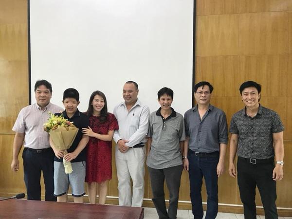 Đại diện giám hiệu nhà trường, thầy giáo và những người thân đến chúc mừng chiến binh Bôm.