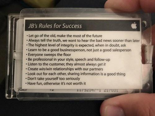 Bức ảnh chụp thẻ ghi chú 11 quy tắc thành công được đính kèm ở mặt sau thẻ nhân viên Apple